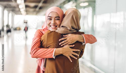 Photo Portrait of happy arabic two friend muslim woman with hijab dress smiling and hu
