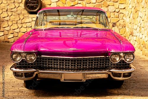 Tableau sur Toile Vintage classic retro car. Beautiful pink auto, front view