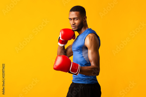 Canvas Print Confident afro fighter demonstrating classical boxing stance