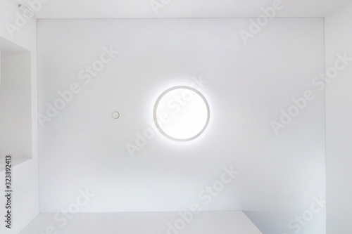 Fotografía looking up on suspended ceiling with halogen spots lamps and drywall construction in empty room in apartment or house