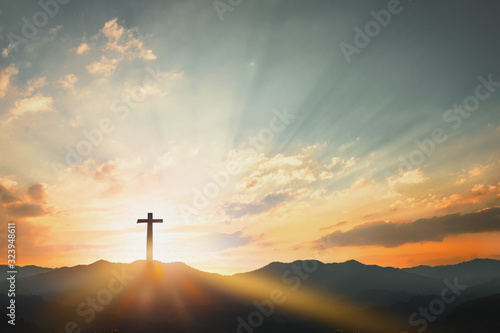Fotografia Good Friday concept: cross with sunset in the sky background