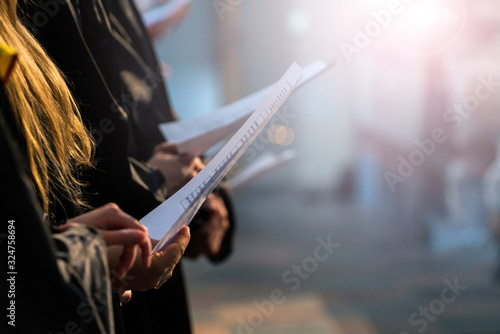 Tableau sur Toile Choir singers holding musical score and singing on student gradu