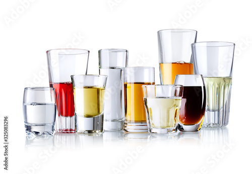 verschieden Gläser mit alokoholischen Getränken isoliert auf weiß