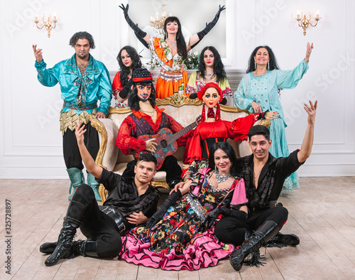 Fotografiet dance group in Gypsy costumes with bright big dolls