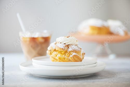 Valokuvatapetti Custard cakes with cream