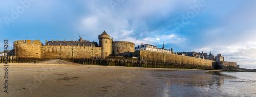 Obraz na płótnie Saint Malo cityscape or skyline at dusk