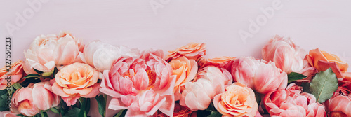 Fotografia Bunch of pink peonies and roses