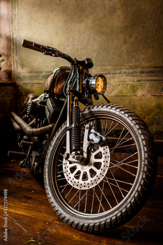 Fotografía big wheeled custom old motorcycle