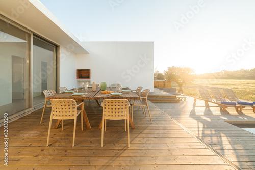 Fotografía Dinner table setting in modern villa terrace