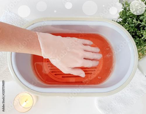 Photo Hand paraffin therapy in a spa salon. Skin care.