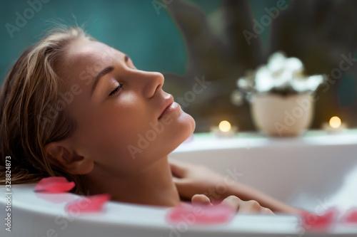Pretty woman taking bath Fototapete