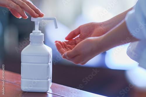 Carta da parati 親子 消毒 アルコール アルコール消毒 ウィルス インフルエンザ コロナ 対策 予防 冬 人物 日本