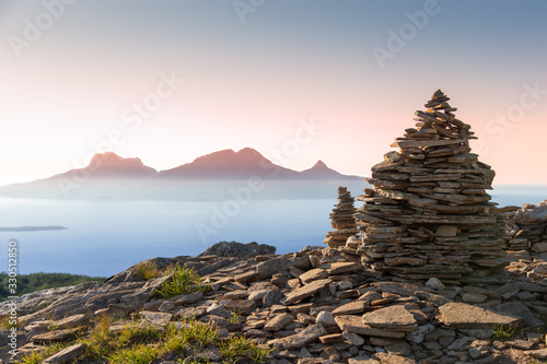 Photo A cairn in the foreground of the island Landegode outside Bodø city