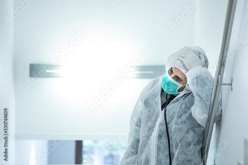 Tablou Canvas medico in prima linea con mascherina e protezione e disperato e stremato dalla s