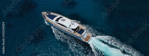 Fotografia Aerial drone top down photo of luxury yacht with wooden deck anchored in open oc