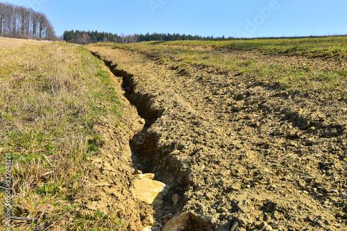 Photo Erosion damage on field land eroded soil