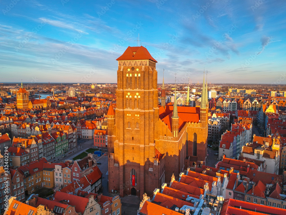 Aerial view of the St. Mary's Basilica in Gdansk at sunset, Poland <span>plik: #332402294   autor: Patryk Kosmider</span>