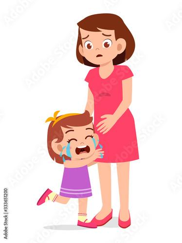 Fotografía sad little kid girl cry with mom