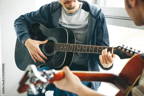 Carta da parati Learning to play the guitar