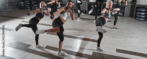 Fotografia Women in black and white sportswear on a real group body Combat workout in the g
