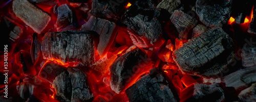 Foto hot red coals among black ash, wallpapers for mobile devices, abstract