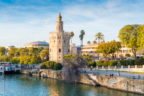 Photo The Torre del Oro tower in Seville, Spain.