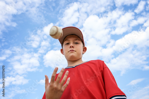 Canvastavla Boy pitcher tossing a baseball in the air, ready to pitch