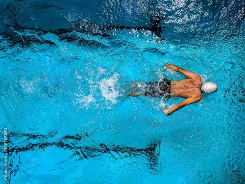 Photo swimmer in swimming pool