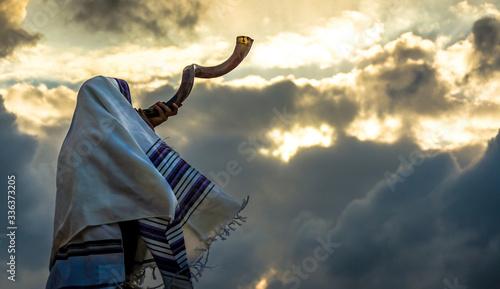 Photo Jewish man in a tallith prayer shawl against dramatic sky