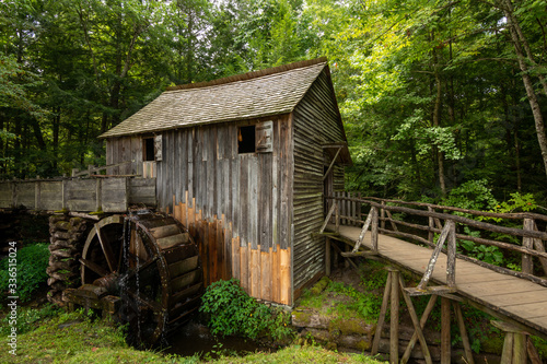 Photo Water wheel and old mill in the woods