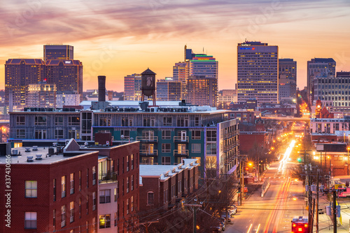 Fotografia Golden Sunset View in Downtown Richmond Virginia, from atop Libby Hill Park by M