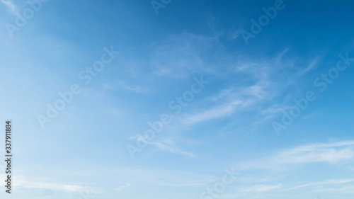 Photo Low Angle View Of Blue Sky