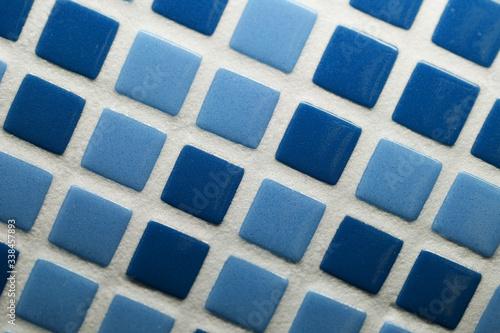 Foto Mosaico di ceramica a quadrati turchesi e azzurri, per rivestimenti i muri di cu