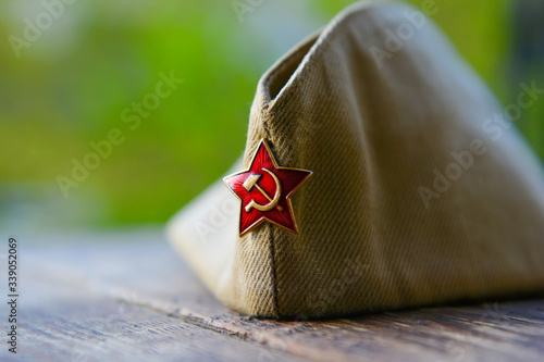 WWII russian soldier cap with red star badge, victory day background Fototapete