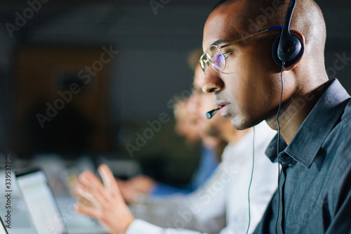 Cuadros en Lienzo Focused call center operator communicating with client