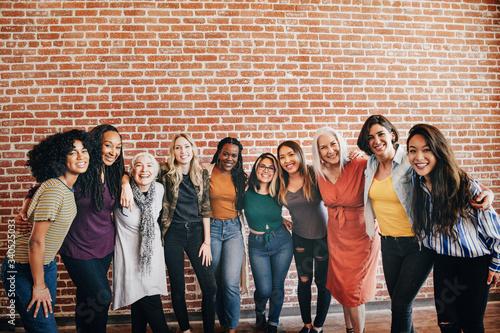 Happy diverse women in a row Fototapet