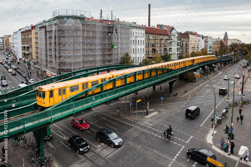 Foto Train is passing on the Eberswalderstr bridge in Prenzlauer Berg