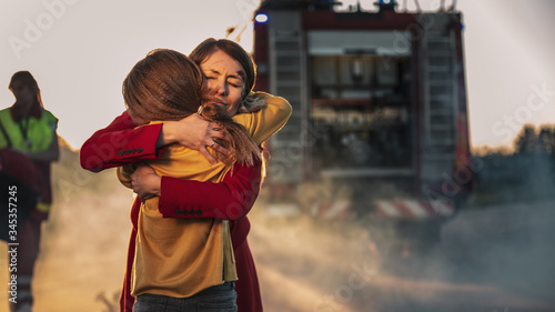Valokuva Car Crash Traffic Accident: Injured Young Girl Reunites with Her Loving Mother