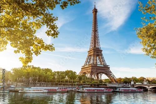 Fotografia Boat In River Against Eiffel Tower