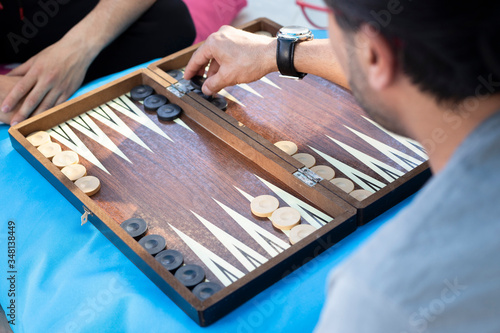 Fotografia Two friends playing backgammon at home
