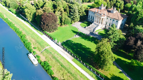 Photographie Aerial top view of ancient villa Giovanelli, garden and houseboat barge on canal