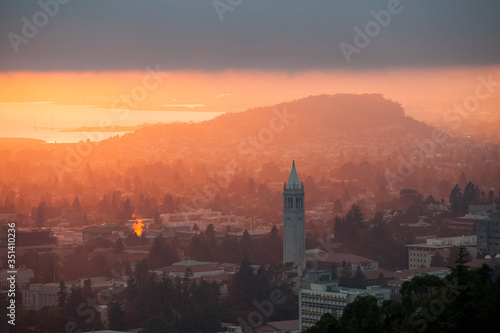 A beautiful sunset occurs over the city and campus of Berkeley which lies on the east shores of San Francisco Bay in Northern California Fototapete