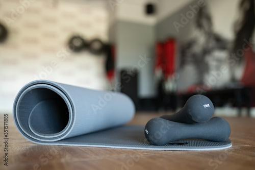Fototapeta premium Zestaw przyrządów do ćwiczeń fitness i modelowania sylwetki