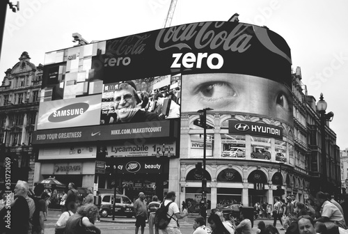 Платно Adverts In Piccadilly Circus