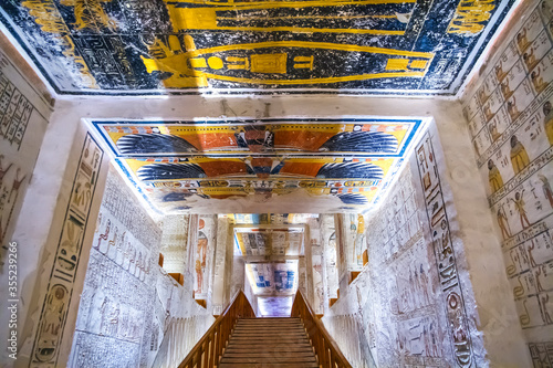 Foto Burial chamber with colorful Egyptian hieroglyphics at the valley of the kings,