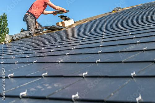 Carta da parati Craftsmen are installing a slate roof home
