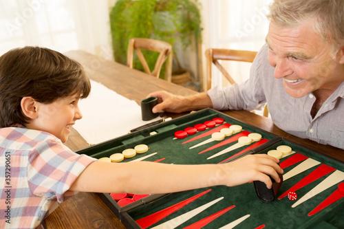 Fotografia Grandfather and grandson playing backgammon