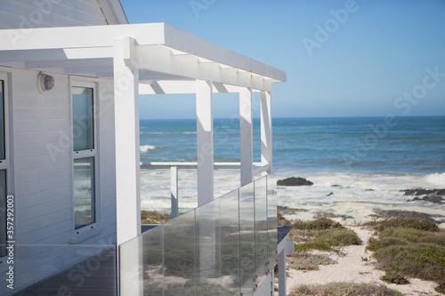 Canvas Print Beach house and balcony overlooking ocean