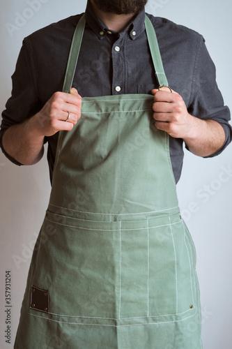 Fotografia A man in a kitchen apron