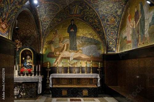 Photo The interior of the Church of the Holy Sepulchre in Christian quarter in the old